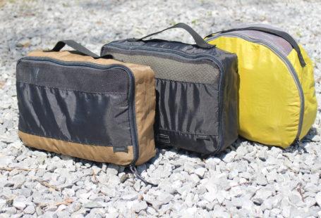 Drie packing cubes met kleding